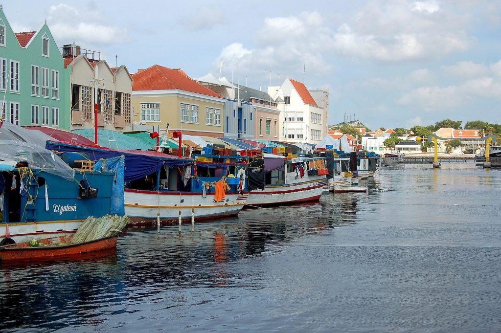 drijvende-markt-curacao vijf redenen om in curacao te gaan wonen